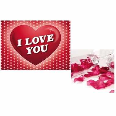 Valentijn valentijnsdag cadeau donkerrode rozenblaadjes en valentijns