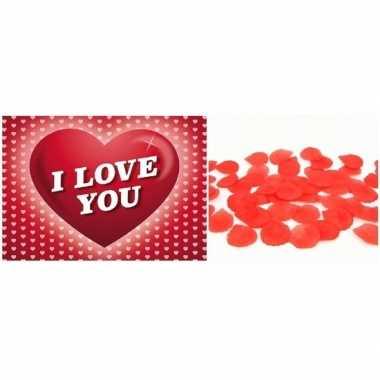 Valentijn valentijnsdag cadeau rode rozenblaadjes en valentijnskaart
