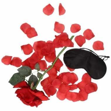 Valentijns kado surprise rode roos rozenblaadjes zwart masker